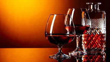 deux verres de whiskys avec la bouteille